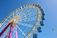 Колесо Ferris с голубыми кабинами в Германии Стоковое Изображение RF
