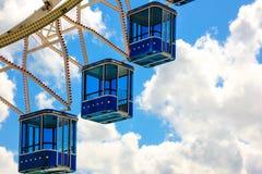 Колесо Ferris с голубыми кабинами на голубом небе стоковая фотография rf