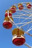 Колесо Ferris с красными и желтыми автомобилями стоковые фотографии rf