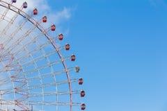 Колесо ferris ярмарки фестиваля гигантское против голубого неба Стоковое Фото