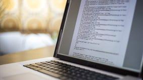 Кодирвоание вебсайта на портативном компьютере Стоковое Изображение