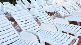Количество пустых sunbeds на бассейне рано утром Стоковое Изображение