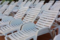 Количество пустых sunbeds на бассейне рано утром Стоковое фото RF