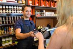 Код клиента входя в в прибор оплаты в магазине Стоковые Фото