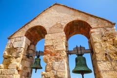 2 колокола вися в сводах над голубым небом Стоковая Фотография RF
