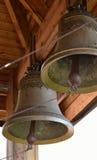 2 колокола под деревянной крышей Стоковые Изображения RF