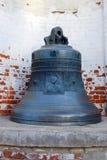 Колокол в территории монастыря Goritsky Dormition Город Pereslavl-Zalessky Россия стоковая фотография