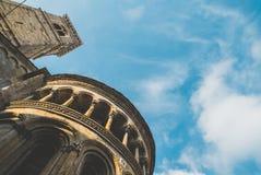 Колокол и купол башни в солнечном дне Стоковые Изображения
