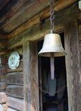 Колокол металла на двери в старом деревянном доме Стоковое Фото