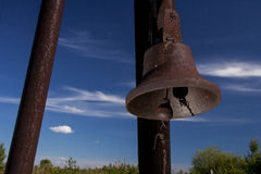 Колокол на деревянном столбе Стоковые Изображения