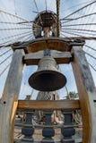 Колокол на палубе сосуда пирата Стоковая Фотография