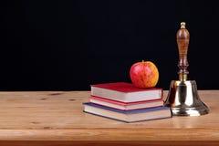 Колокол на предпосылке черноты стола школы Стоковые Изображения RF