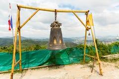Колокол традиции азиатский в виске буддизма в острове Пхукета, Таиланде Известное большое желание колокола около золота Будды стоковое фото