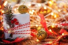 Колоколы звона подарочной коробки и золота украшения рождества с елью и искрой ветви американская карточка 3d красит сферу форм с Стоковое фото RF