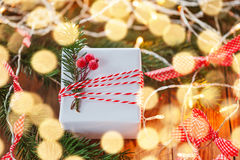 Колоколы звона подарочной коробки и золота украшения рождества с елью и boke ветви американская карточка 3d красит сферу форм соо Стоковая Фотография