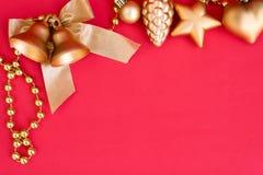 Колоколы и лента рождества золота обхватывают украшение орнамента Стоковые Изображения RF