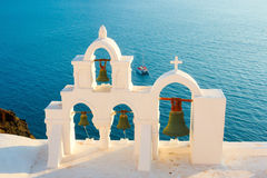 Колокольни в вечере на Santorini Стоковое Изображение