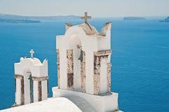 2 колокольни Oia, Santorini, Греции Стоковое Изображение RF