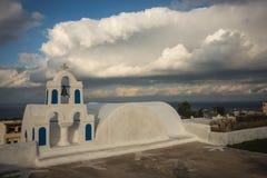 Колокольня белой церков и сценарного облака, Oia, Santorini, Стоковые Фотографии RF