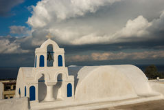Колокольня белой церков и сценарного облака, Oia, Santorini, Стоковое Изображение RF