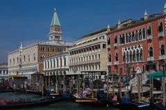 Колокольня и дворец doge на аркаде Сан Marco Италия Стоковая Фотография RF