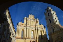 Колокольня и церковь города стоковое изображение rf