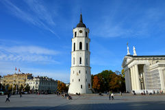 Колокольня и церковь города Стоковые Изображения