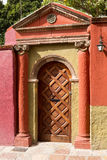 Колониальная испанская дверь Стоковая Фотография
