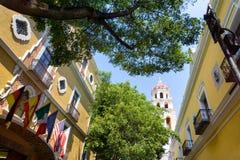 Колониальные здания с церковью в Пуэбла стоковое изображение rf