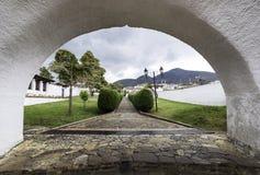 Колониальный вход дуги городка стоковое фото