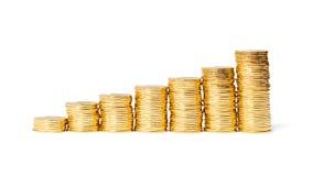 Колонки золотистых монеток на белизне Стоковое Изображение RF