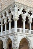 Колоннада дворца дожа с барельеф Стоковая Фотография RF