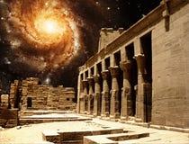 Колоннада на виске Isis на Philae и Pinwheel Galax Стоковые Фото