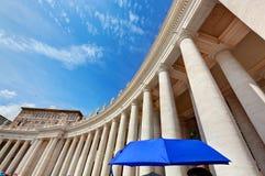 Колоннады базилики St Peter в государстве Ватикан Голубой зонтик согласовывает с небом Стоковое Изображение