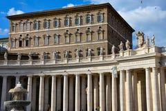 Колоннады и фонтан квадрата ` s St Peter Стоковая Фотография RF