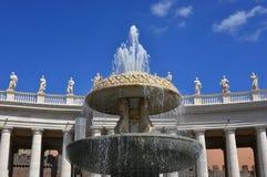 Колоннады и фонтан St Peter Стоковая Фотография RF