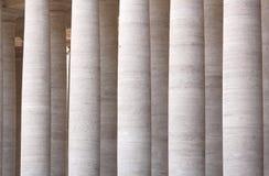 Колоннады квадрата St Peter в государстве Ватикан Италия rome Стоковое Изображение RF