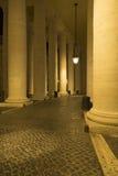 Колоннады квадрата St Peter s, Рима на ноче Стоковое Фото