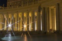 Колоннады квадрата St Peter s, Рима на ноче Стоковые Изображения