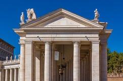 Колоннады на ` s St Peter придают квадратную форму в Ватикане Риме Стоковые Изображения RF