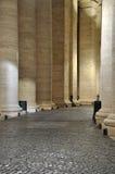 Колоннады Bernini в Сан Pietro придают квадратную форму Стоковое Фото