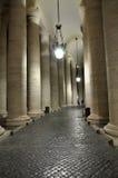 Колоннады Bernini в Сан Pietro придают квадратную форму Стоковое Изображение