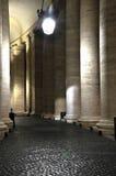 Колоннады Bernini в Сан Pietro придают квадратную форму Стоковые Изображения