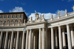 Колоннады ` s Bernini и ` s Сан Pietro St Peter базилика внутри Стоковые Фотографии RF