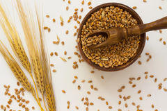 Колоски пшеницы, деревянные ложки, коробка с зерном пшеницы Стоковые Фотографии RF