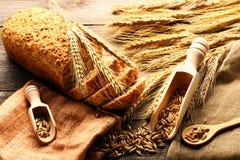 Колоски Rye и натюрморт хлеба на деревянной предпосылке стоковое фото rf