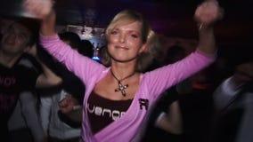 Колодец девушки танцует в ночном клубе на партии акции видеоматериалы