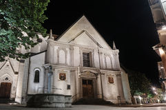 Колодец камня и фасад средневековой церков стоковые изображения