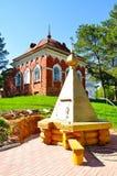 Колодец монастыря деревянный и здание красного кирпича, построенные в XIX веке к клеткам затворниц монахов на территории p Стоковые Изображения RF