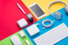 Колодец организовал белые объекты офиса на красочной предпосылке Стоковые Фото